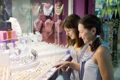 Las mujeres eligen la joyería Fotografía de archivo libre de regalías