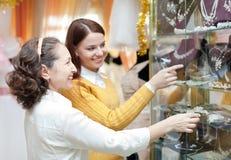 Las mujeres eligen los accesorios nupciales en la tienda Fotografía de archivo