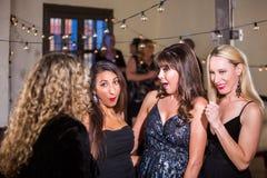 Las mujeres en el partido reaccionan al chisme o a la broma sucia Imagenes de archivo