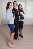 Las mujeres en la ropa formal de diversas alturas son las manos cruzadas o Foto de archivo