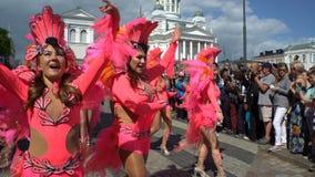 Las mujeres en trajes del carnaval bailan en las calles de la ciudad durante Samba Carnaval metrajes