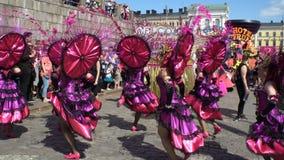 Las mujeres en trajes del carnaval bailan en las calles de la ciudad durante Samba Carnaval almacen de metraje de vídeo