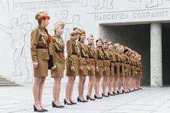 Las mujeres en un uniforme militar se colocan en una fila Fotos de archivo