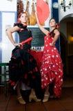Las mujeres en vestidos tradicionales del flamenco bailan durante Feria de Abril en April Spain Imagen de archivo
