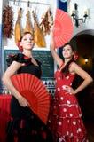 Las mujeres en vestidos tradicionales del flamenco bailan durante Feria de Abril en April Spain Imagenes de archivo