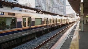 Las mujeres entrenan solamente el tren en la estación de Shin-Osaka, Japón almacen de metraje de vídeo