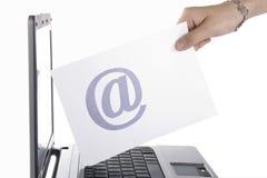 Las mujeres envían el email Foto de archivo