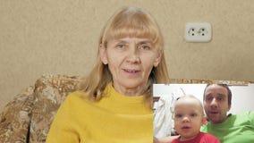 Las mujeres envejecidas comunican con el hijo y el nieto en Internet PIPA: vea a la familia entera en la pantalla Papá e hijo almacen de metraje de vídeo