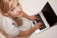 Las mujeres escriben en la computadora portátil Imagen de archivo libre de regalías