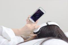 Las mujeres escuchan música Imagen de archivo libre de regalías