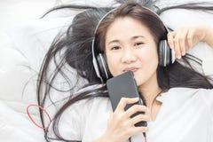 Las mujeres escuchan música Foto de archivo