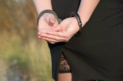 Las mujeres esposaron policía criminal Imagen de archivo libre de regalías