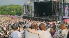 Las mujeres están mirando concierto en el festival de música del aire abierto almacen de video