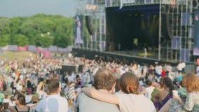 Las mujeres están mirando concierto en el festival de música del aire abierto metrajes