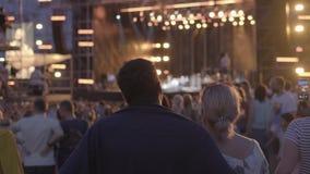 Las mujeres están mirando concierto en el festival de música del aire abierto almacen de metraje de vídeo