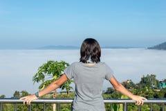 Las mujeres están mirando la niebla en la montaña fotografía de archivo libre de regalías