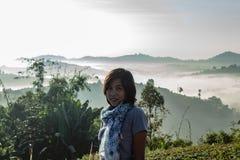 Las mujeres están mirando la niebla en la montaña foto de archivo