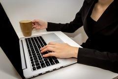 Las mujeres están trabajando difícilmente fotografía de archivo
