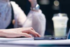 Las mujeres están trabajando en los ordenadores en medio de la noche foto de archivo