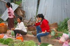 Las mujeres están vendiendo las frutas y verduras frescas en el mercado de la mañana en Luang Prabang en Laos Foto de archivo