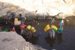 Mujeres y abastecimiento de agua etíopes Fotografía de archivo libre de regalías