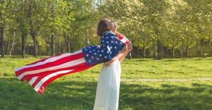 Las mujeres felices con la bandera americana los E.E.U.U. celebran el 4 de julio fotografía de archivo libre de regalías