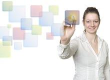 Las mujeres hermosas están utilizando una pantalla táctil Fotos de archivo libres de regalías