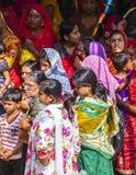 Las mujeres indias hacen cola para arriba para la entrada al festival anual de Navrata Imagen de archivo