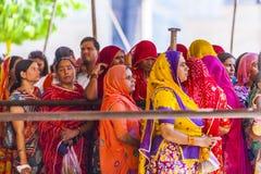 Las mujeres indias hacen cola para arriba para la entrada al festival anual de Navrata Fotos de archivo