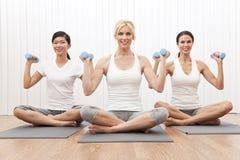 Las mujeres interraciales del grupo de la yoga cargan el entrenamiento Fotografía de archivo
