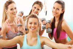 Las mujeres jovenes agrupan tomar el selfie en el gimnasio después de entrenamiento Foto de archivo libre de regalías