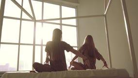 Las mujeres jovenes atractivas que hacen yoga presentan síncrono almacen de metraje de vídeo