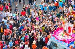 Las mujeres jovenes de la linterna china del festival como placentation del bodhisattva desfilan en la calle Foto de archivo libre de regalías