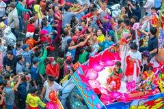 Las mujeres jovenes de la linterna china del festival como placentation del bodhisattva desfilan en la calle Imagenes de archivo