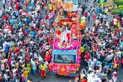 Las mujeres jovenes de la linterna china del festival como placentation del bodhisattva desfilan en la calle Fotografía de archivo