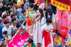 Las mujeres jovenes de la linterna china del festival como placentation del bodhisattva desfilan en la calle Fotografía de archivo libre de regalías