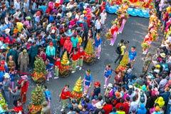 Las mujeres jovenes de la linterna china del festival que llevan las flores desfilan en la calle Imágenes de archivo libres de regalías