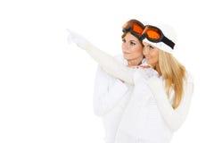 Las mujeres jovenes en invierno calientan la ropa y los vidrios del esquí. Imagenes de archivo