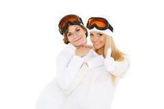 Las mujeres jovenes en invierno calientan la ropa y los vidrios del esquí. Fotografía de archivo libre de regalías