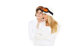 Las mujeres jovenes en invierno calientan la ropa y los vidrios del esquí. Fotos de archivo