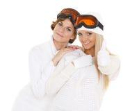 Las mujeres jovenes en invierno calientan la ropa y los vidrios del esquí Fotografía de archivo libre de regalías