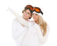 Las mujeres jovenes en invierno calientan la ropa y los vidrios del esquí Fotografía de archivo