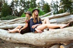 Las mujeres jovenes encendido abren una sesión el bosque Imágenes de archivo libres de regalías