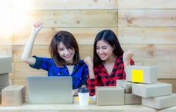 Las mujeres jovenes hermosas son socio del negocio Amigo a de They're fotos de archivo libres de regalías
