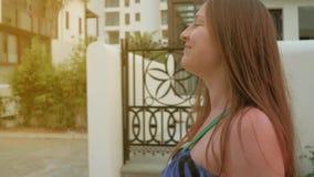 Las mujeres jovenes pasan con las calles y la sonrisa Tiro medio Cámara lenta metrajes