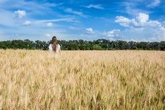 Las mujeres jovenes que caminan a través de una mala hierba de oro colocan. Campo de la Argentina. Fotografía de archivo libre de regalías