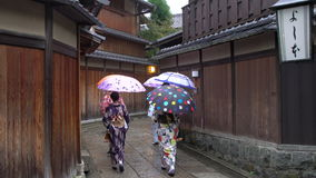 Las mujeres jovenes se vistieron en vestido tradicional del geisha metrajes