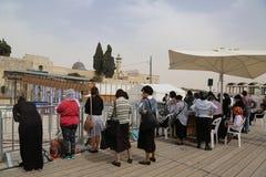 Las mujeres judías religiosas ruegan por la pared occidental en la ciudad vieja de Jerusalén Imagenes de archivo