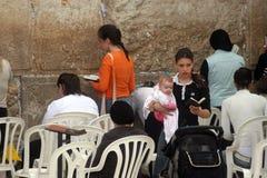 Las mujeres judías ruegan en la pared occidental en Jerusalén Fotografía de archivo