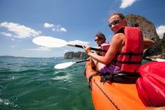 Las mujeres kayaking en el mar abierto en la orilla de Krabi, Tailandia imagenes de archivo